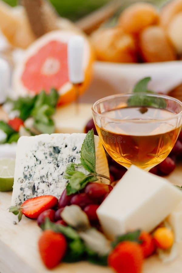 Assorterad ost + honung Restaurangdiskar fotografering för bildbyråer