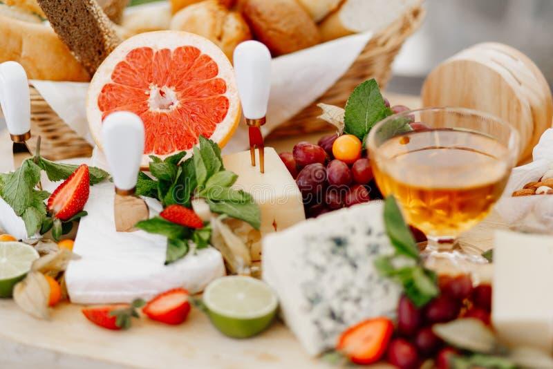 Assorterad ost + honung Restaurangdiskar arkivfoton