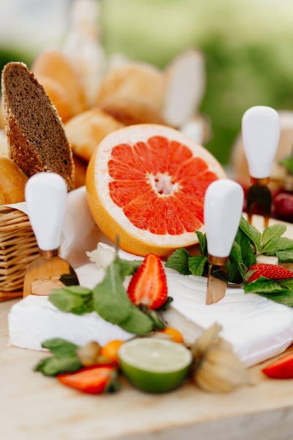 Assorterad ost + honung Restaurangdiskar royaltyfria foton