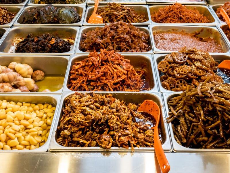 Assorti de la nourriture ferment?e cor?enne traditionnelle sur le compteur sur le march? de Gwangjang S?oul, Cor?e du Sud images stock