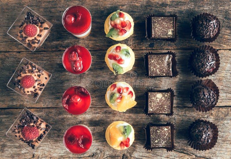 Assorti de mini gâteaux sur la table photo stock