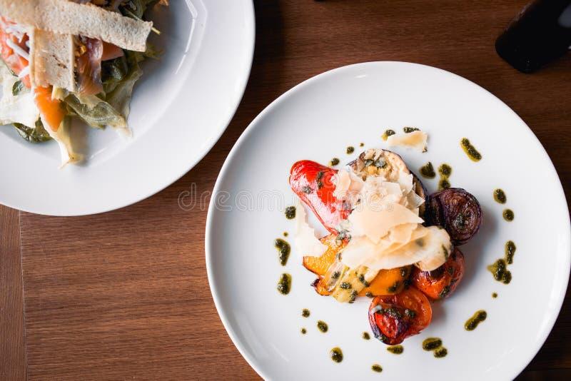 Assorti van de close-up roosterde smakelijke gebraden vegetarische veganist gesneden uipeper met kaas in Europese stijl, maaltijd stock foto