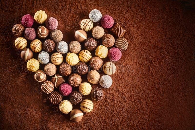 Assortiment de chocolat de valentines dans une forme de coeur photo libre de droits