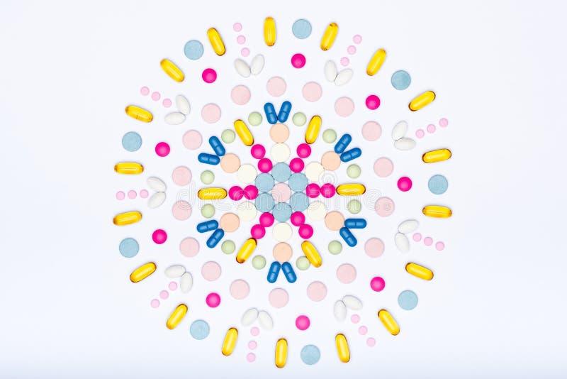 Assortiment de diverses pilules colorées sur le fond blanc Configuration créative d'appartement de pilules de médicament et de pr photo libre de droits