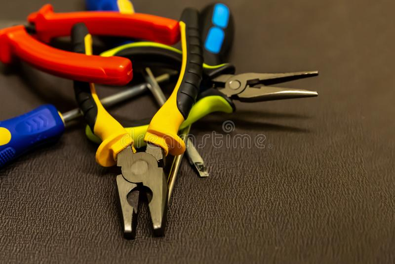 Assortiment de la réparation d'outils de bricolage de la trousse d'outils d'appareils électriques de la poignée lumineuse argenté photographie stock libre de droits
