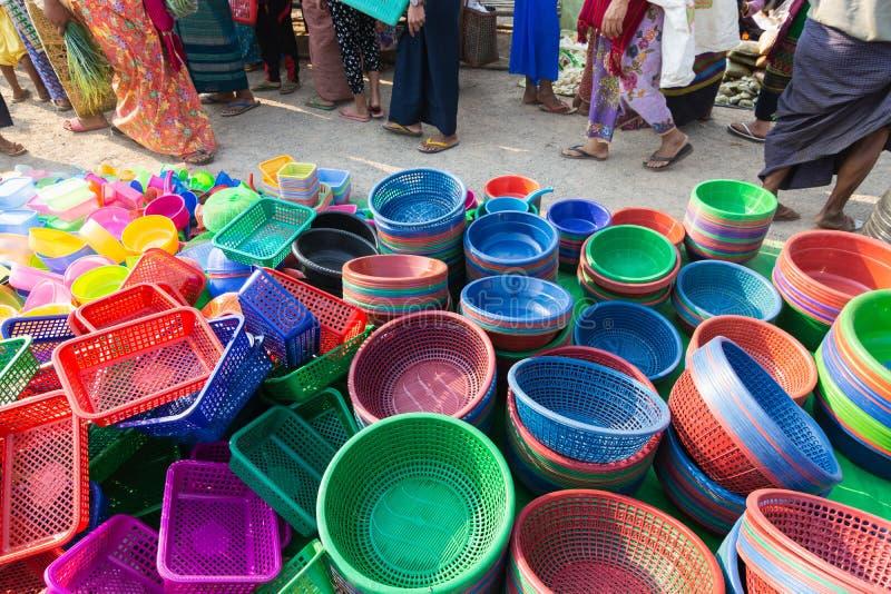 Assortiment de la vaisselle de cuisine en plastique sur le marché birman d'air ouvert sur le lac Inle, Myanmar photos stock