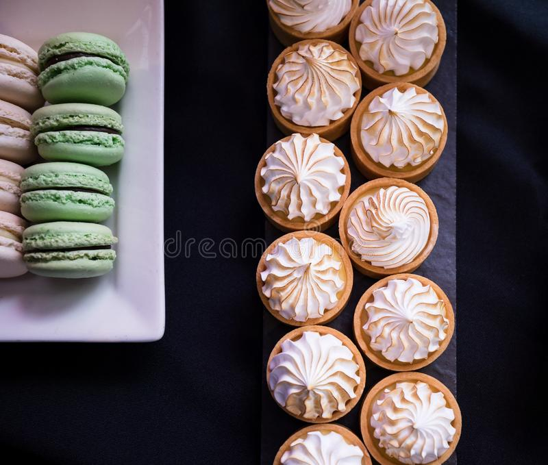 Assortiment de Macarons et de tartes sur un Tableau de dessert photo libre de droits