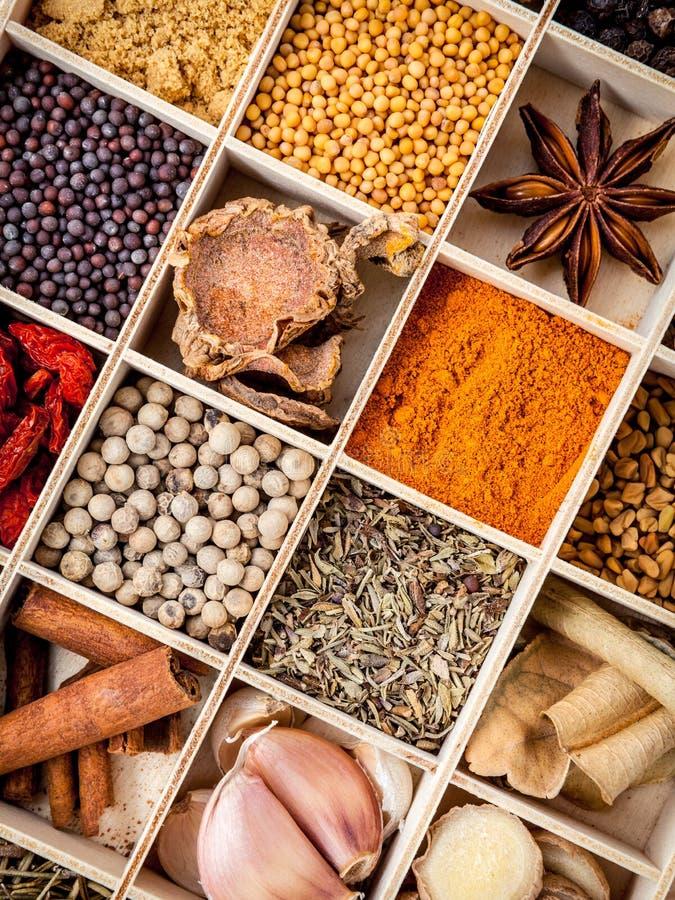 Assortiment de nourriture d'épices faisant cuire des ingrédients dans l'ensemble de boîte en bois photographie stock