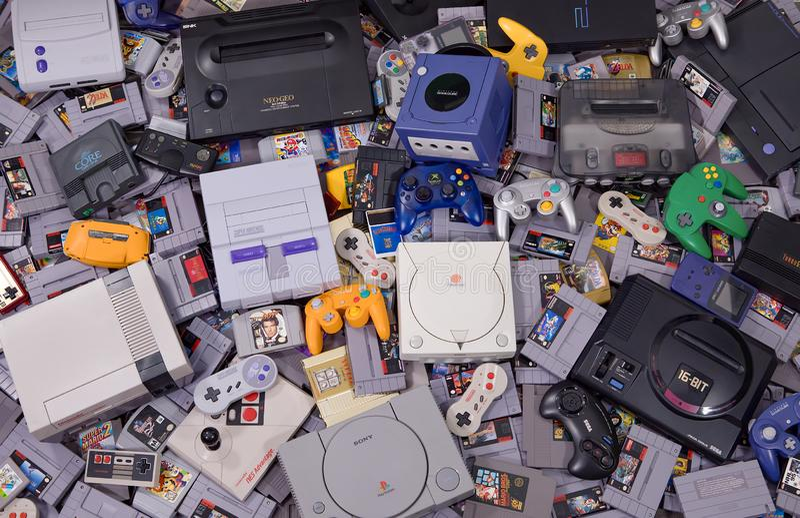 Assortiment de rétros cartouches, systèmes et contrôleurs classiques de jeu vidéo photo libre de droits