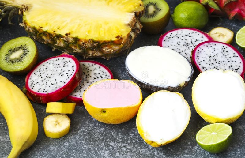 Assortiment de sorbet avec les fruits exotiques naturels images libres de droits