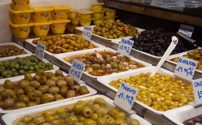 Assortiment de variété du marché de Barcelone Espagne divers des cuvettes de vert savoureux sain frais et d'olives noires à vendr image stock