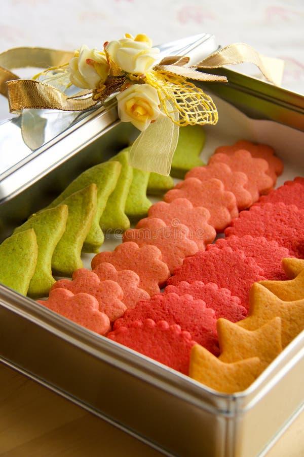 Assortiment des biscuits multicolores de la pâtisserie dans une boîte en métal image libre de droits