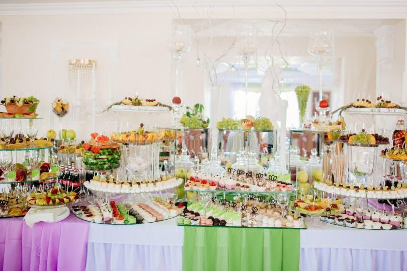 Assortiment des bonbons et des pâtisseries images stock
