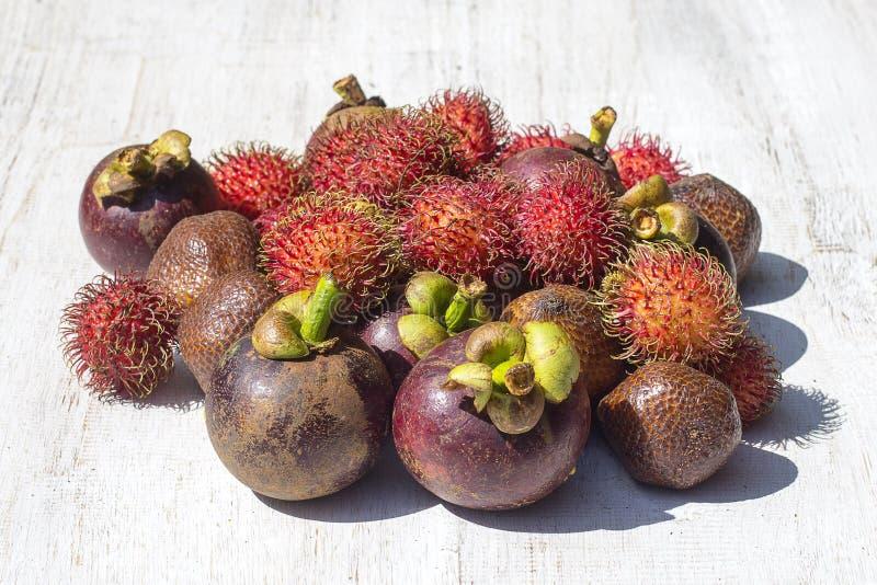 Assortiment des fruits tropicaux en île Bali, Indonésie photographie stock libre de droits