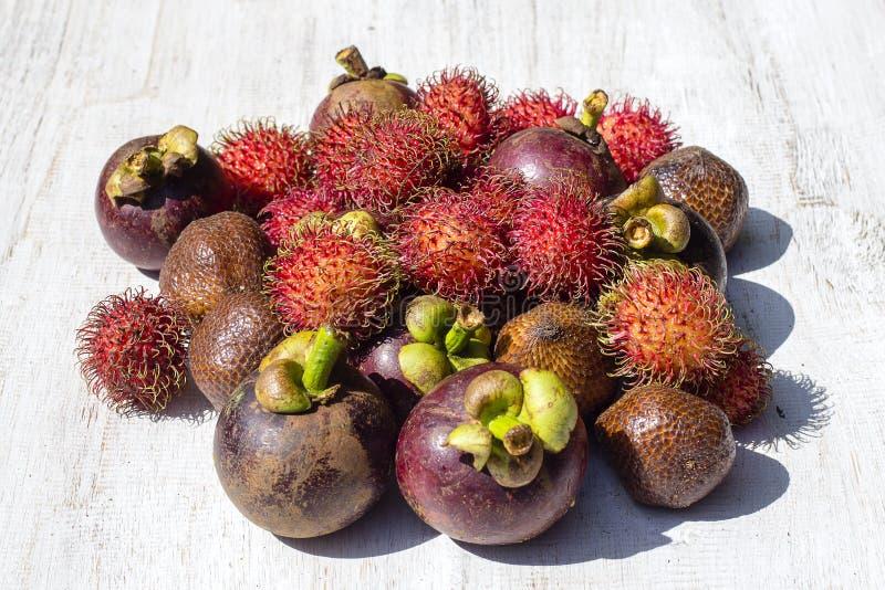 Assortiment des fruits tropicaux en île Bali, Indonésie images stock