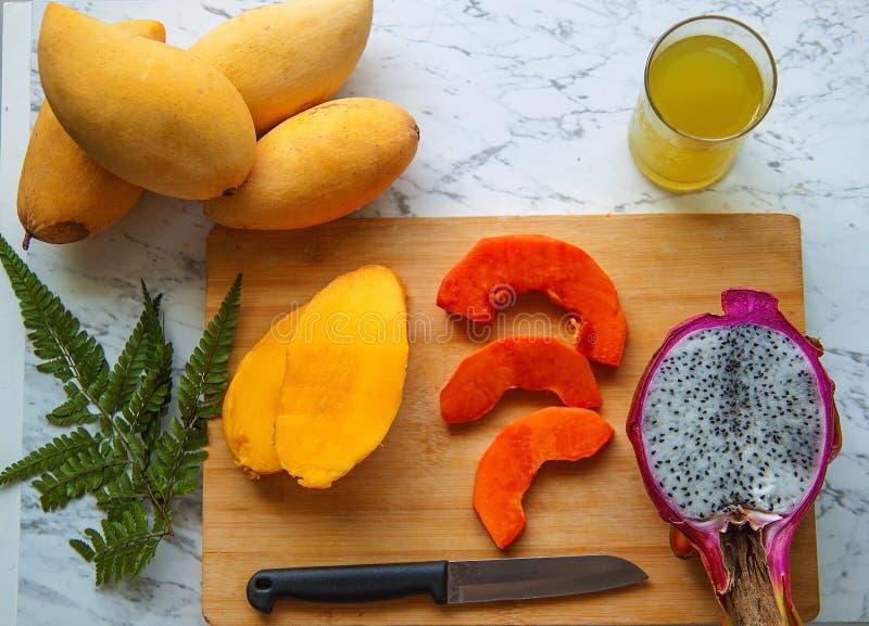 Assortiment des fruits tropicaux exotiques, vue sup?rieure Fond de nourriture fra?che Consommation saine, vegan et images stock