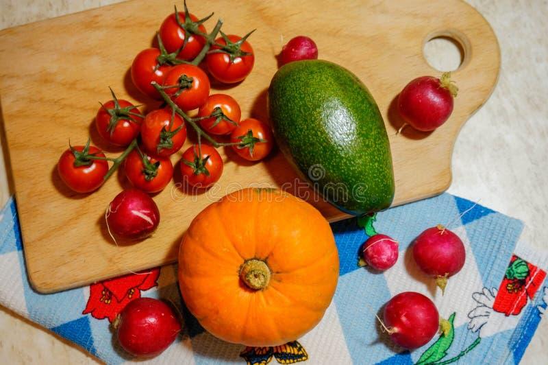 Assortiment des légumes frais - radis de potiron de courgette de tomates Légumes d'automne sur la planche à découper et la servie photos libres de droits