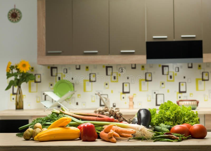 Assortiment des légumes sur la table de cuisine images stock