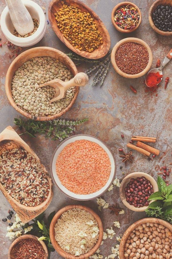 Assortiment des légumineuses, du grain et des graines photo stock