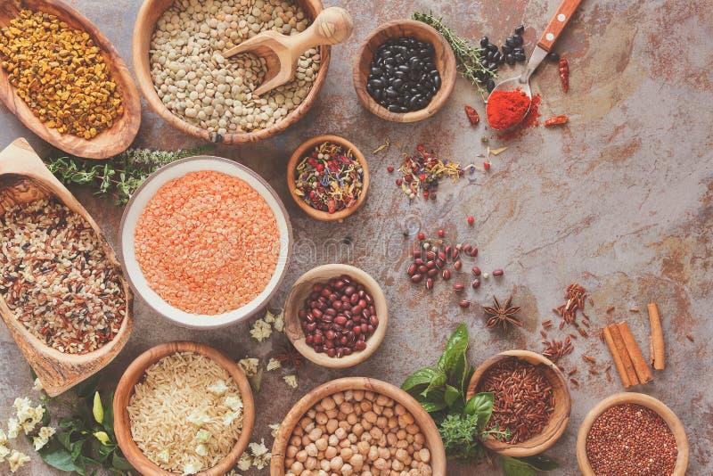 Assortiment des légumineuses, du grain et des graines images stock
