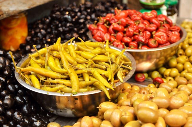 Assortiment des olives, des conserves au vinaigre et des salades images stock