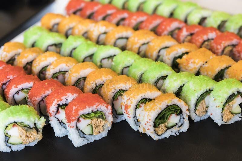Assortiment des petits pains de sushi multicolores sains de maki photos stock