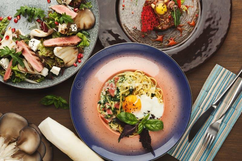 Assortiment des plats savoureux de restaurant, vue supérieure photographie stock