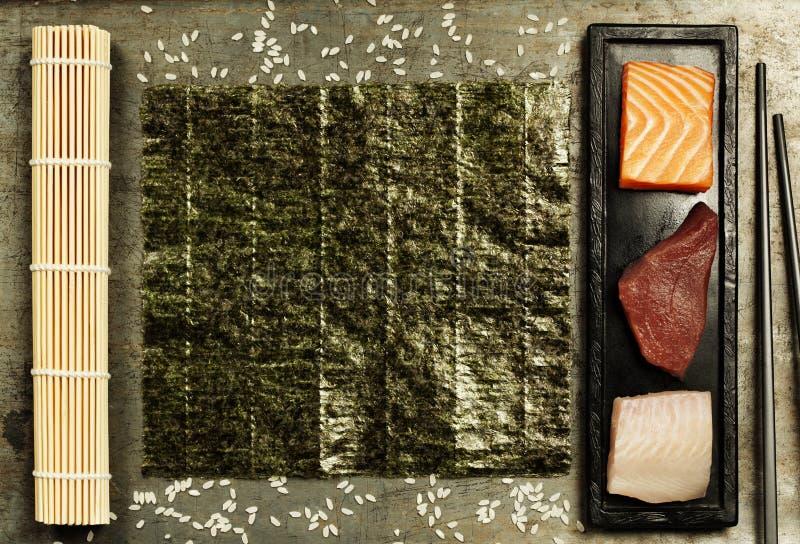 Assortiment du poisson cru et des ingrédients pour faire des sushi images stock