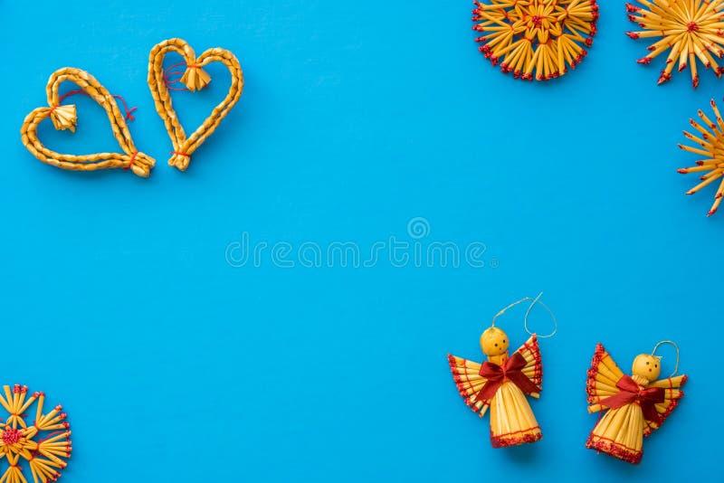 Assortiment plat de configuration des décorations scandinaves de paille de Noël photo stock