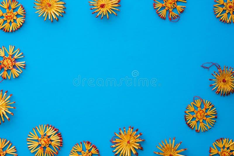 Assortiment plat de configuration des décorations scandinaves de paille de Noël images stock