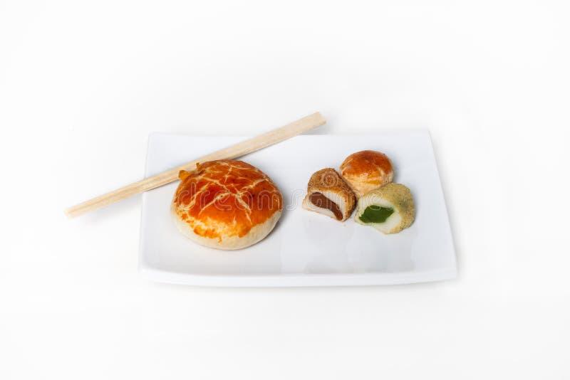 Assortiment van Aziatische desserts op een plaat. stock afbeeldingen