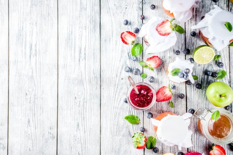Assortiment van bes en fruitjam stock fotografie