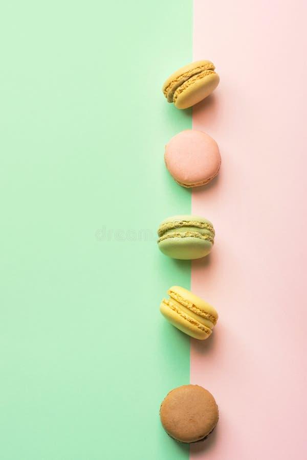 Assortiment van van de de pistachekoffie van de macaronsaardbei het aroma van de de passievruchtkaramel op groene chartreuse roze royalty-vrije stock foto's