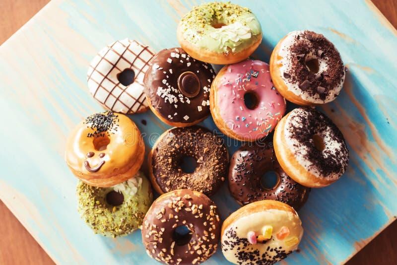 Assortiment van donuts op een lijst stock foto
