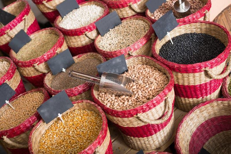 Assortiment van droge die bonen in manden op bazar worden ingepakt royalty-vrije stock foto
