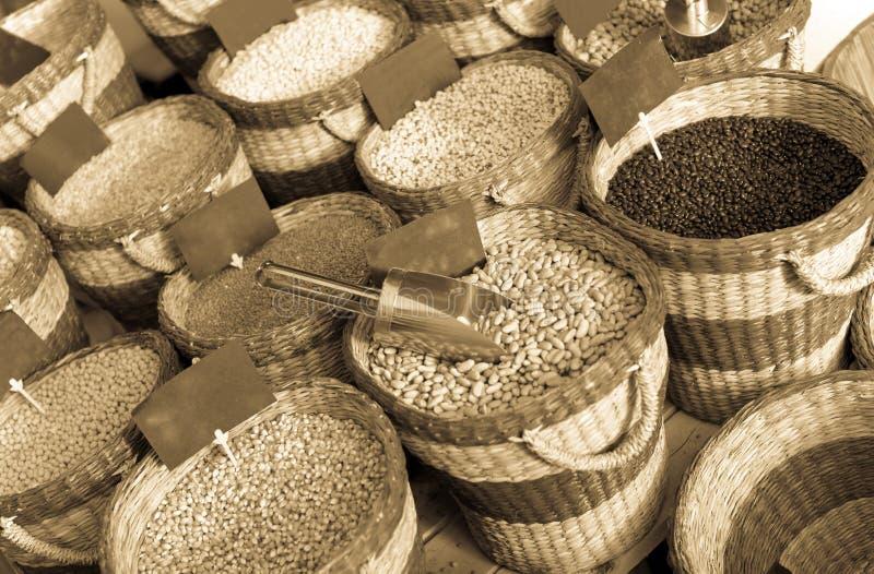 Assortiment van droge die bonen in manden op bazar worden ingepakt stock foto