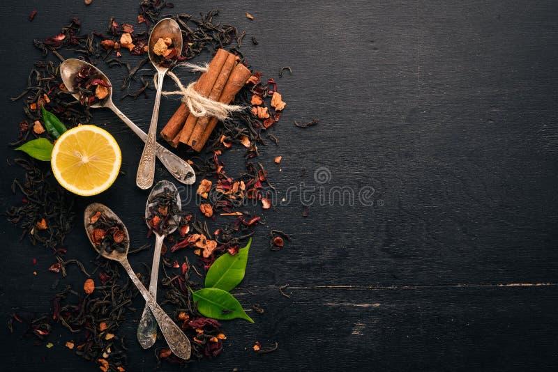 Assortiment van droge theeën en geurige kruiden en kruiden royalty-vrije stock afbeeldingen