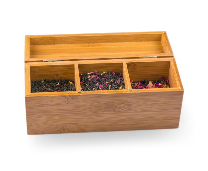 Assortiment van droge thee in houten die doos, op wit wordt geïsoleerd royalty-vrije stock afbeeldingen