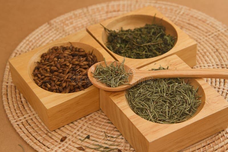 Assortiment van droge thee in houten doos stock foto's
