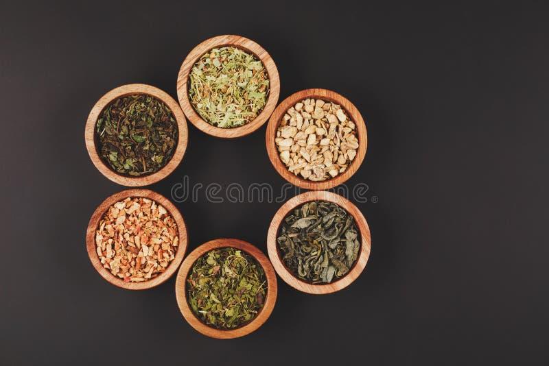 Assortiment van droge thee in kleine kommen royalty-vrije stock fotografie