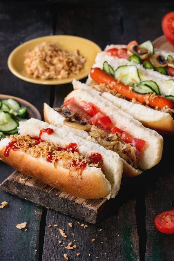 Assortiment van eigengemaakte hotdogs royalty-vrije stock afbeeldingen