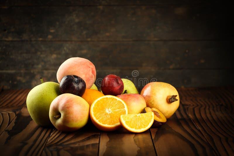 Assortiment van exotische vruchten op de houten lijst royalty-vrije stock foto