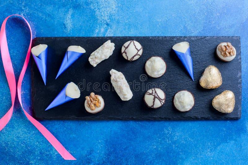 Assortiment van fijn chocoladesuikergoed met lint voor valentijnskaartendag royalty-vrije stock afbeelding