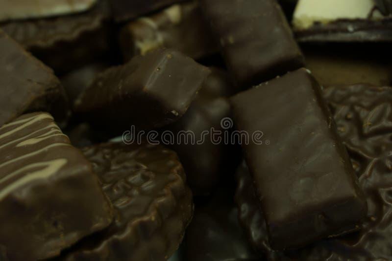 Assortiment van fijn chocoladesuikergoed, wit, dark, en van achtergrond melkchocolasnoepjes Exemplaar ruimte Hoogste mening royalty-vrije stock foto