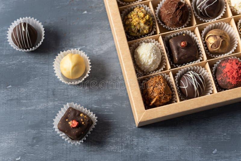 Assortiment van fijn chocoladesuikergoed, wit, dark en melkchocola in doos Snoepjesachtergrond, hoogste mening royalty-vrije stock foto's