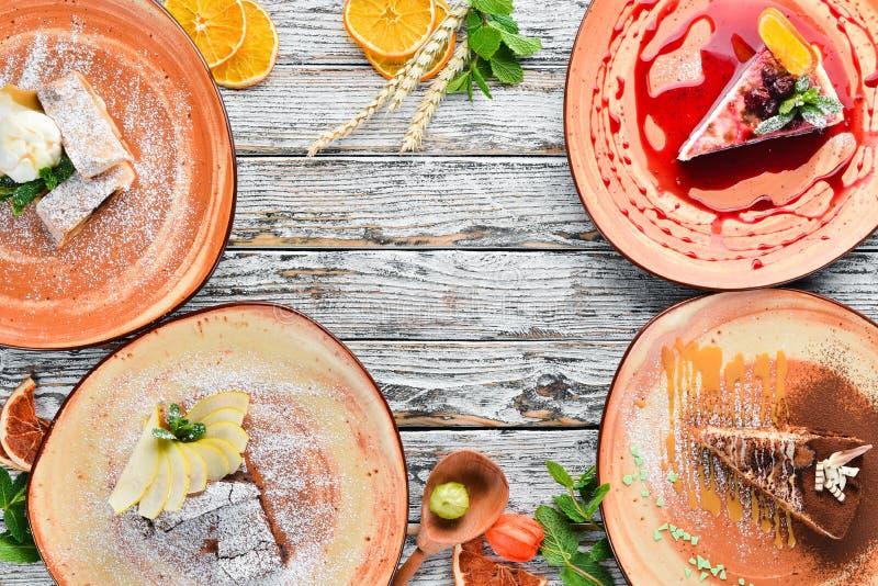 Assortiment van fruitdesserts en baksel op een houten lijst Strudel, Kaastaart, Brownies, Roomijs Vrije ruimte voor uw tekst royalty-vrije stock afbeelding