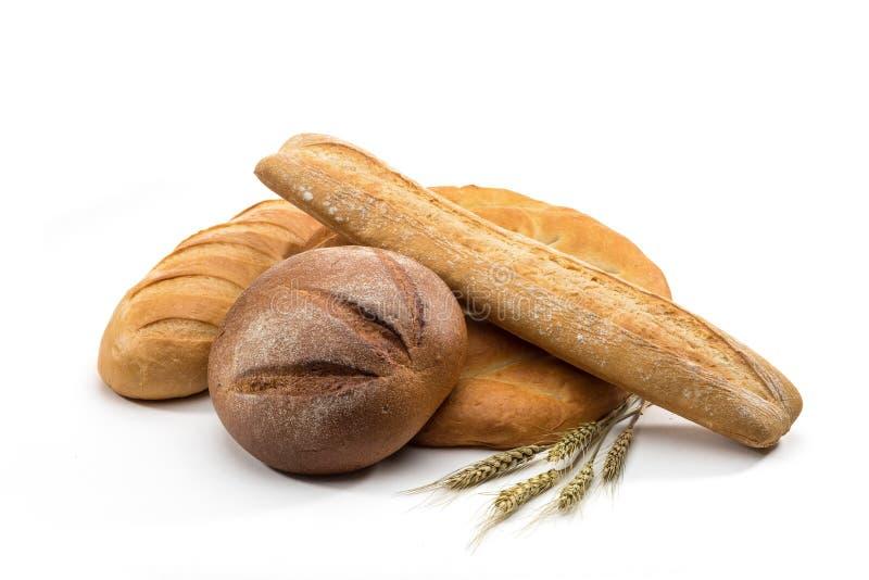 Assortiment van gebakken brood in mand stock afbeeldingen