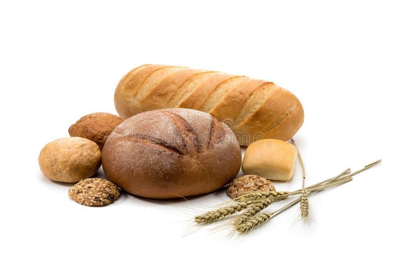 Assortiment van gebakken brood in mand stock foto