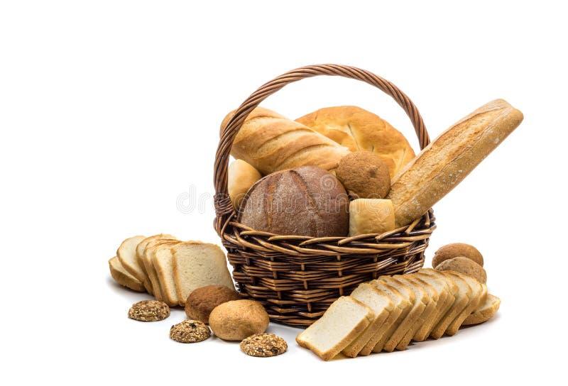 Assortiment van gebakken brood in mand royalty-vrije stock afbeeldingen