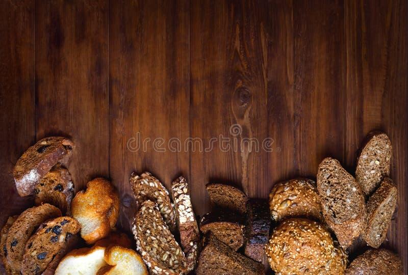 Assortiment van gebakken brood op houten lijstachtergrond royalty-vrije stock fotografie